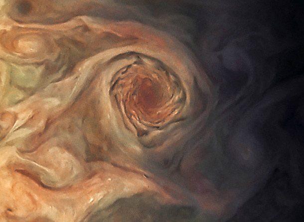 یک طوفان مروارید چرخان(swirling Pearl) روی سطح مشتری از نمایش نزدیک