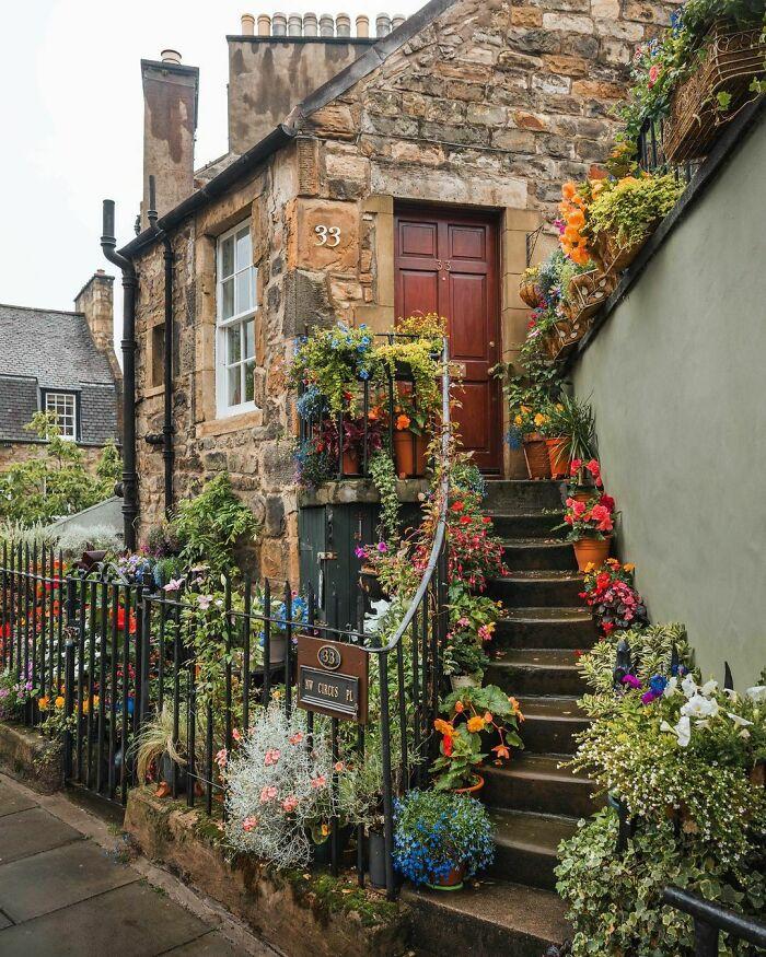 ورودی یک کلبه زیبا در اسکاتلند